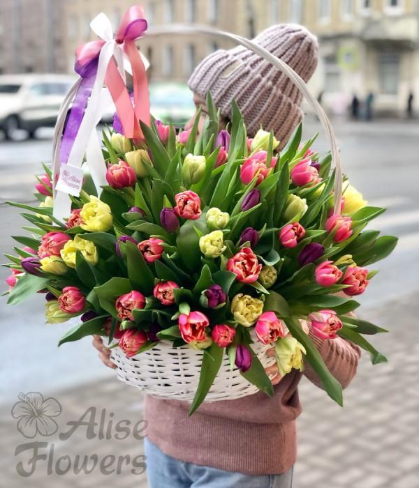 заказать Корзина из тюльпанов 115 штук в Петербурге