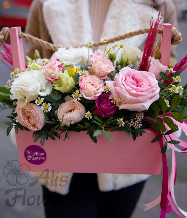 заказать Ящик с нежными цветами в Петербурге