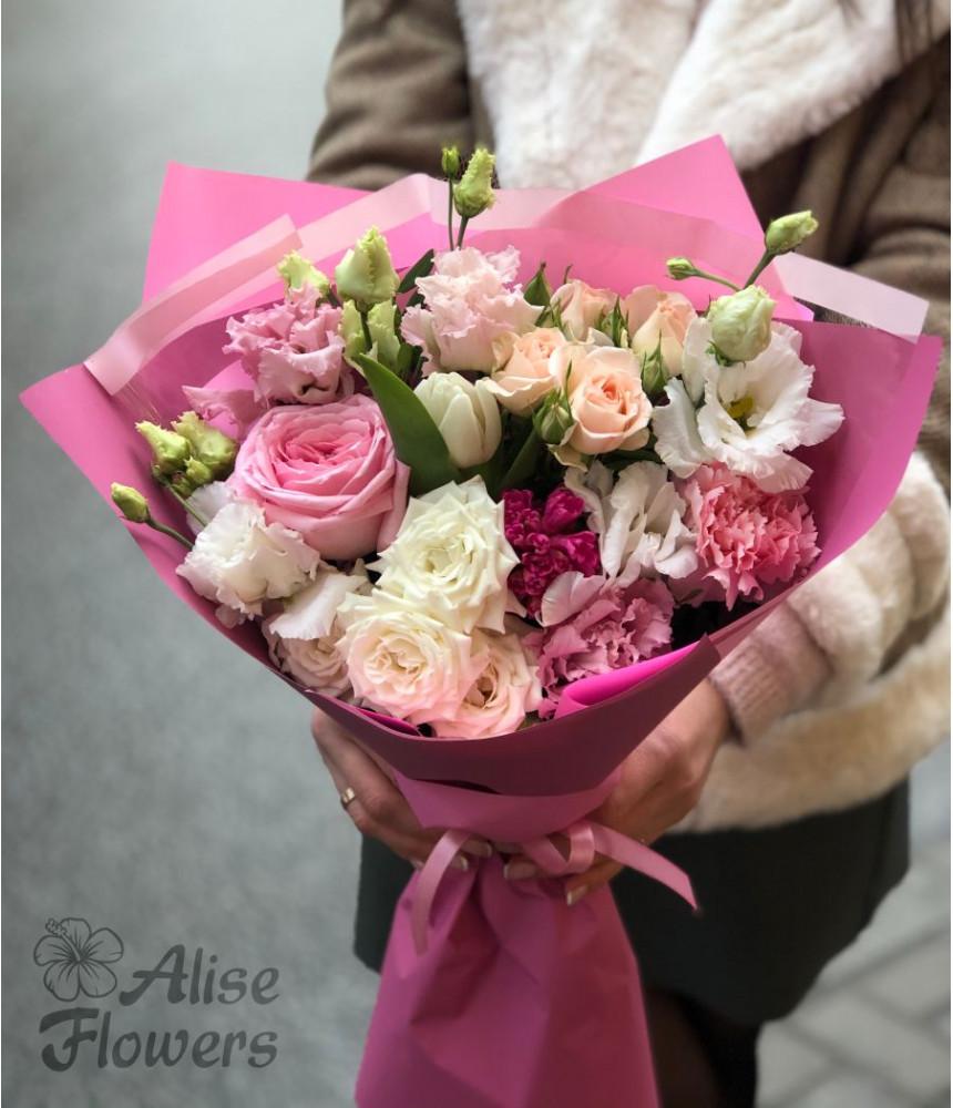 Букет из тюльпанов и кустовой розы