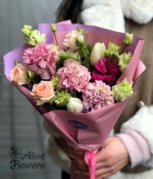 Букет с тюльпанами и кустовой розой
