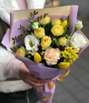 Букет с кустовой розой и тюльпанами