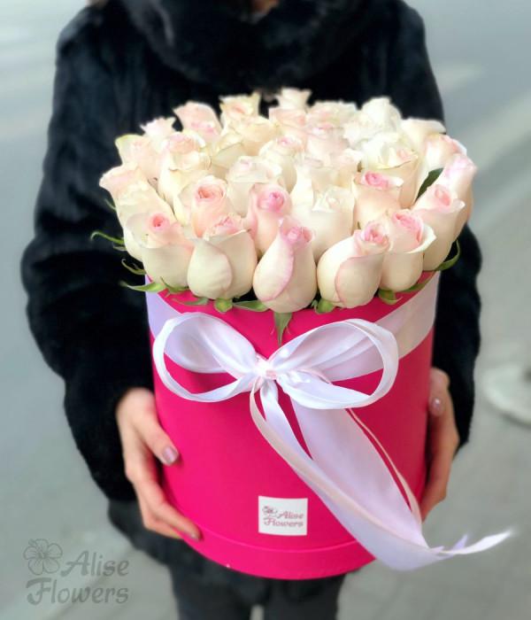 заказать Шляпная коробка нежные розы в Петербурге