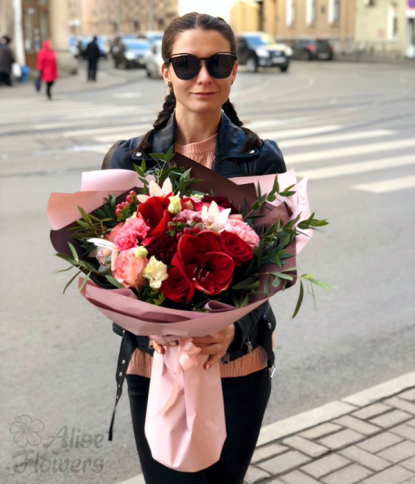 заказать Букет сочный ягодный с амарилисом в Петербурге