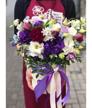 Композиция в шляпной коробке с фиолетовыми нотками