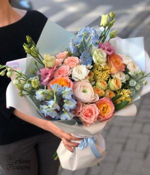 Букет с розами и ранункулюсом