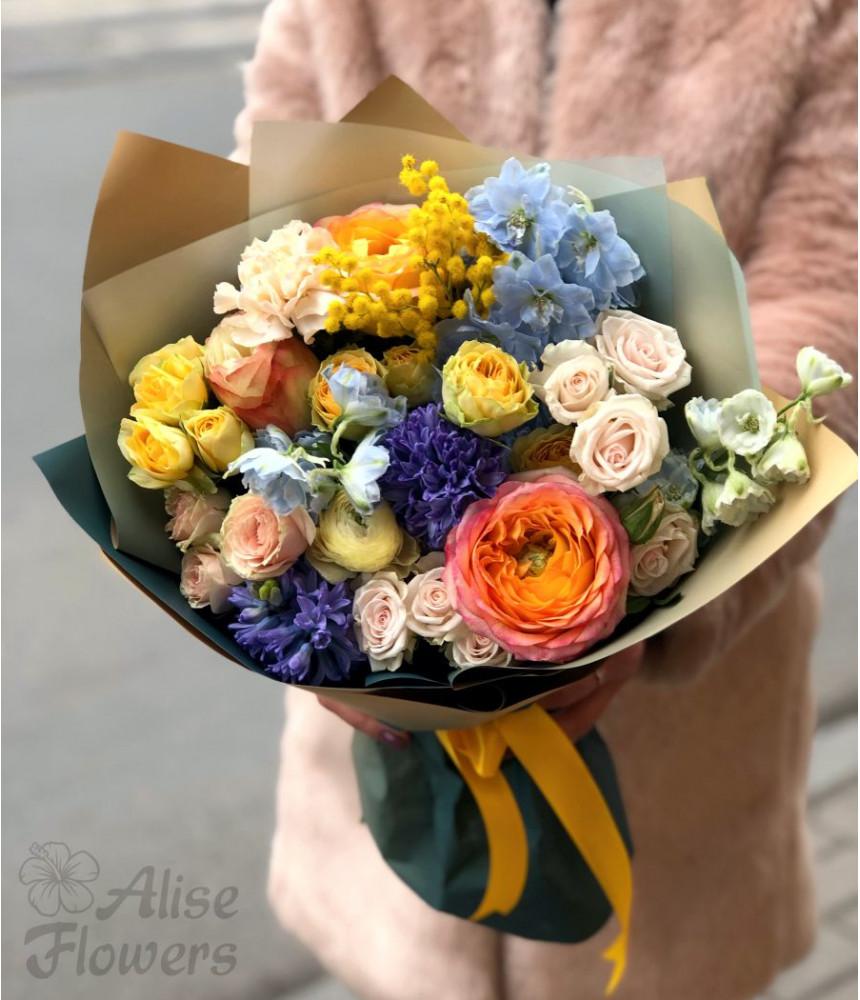 Букет из кустовых роз и мимозы