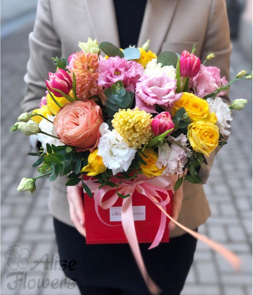 Цветы в коробке красной