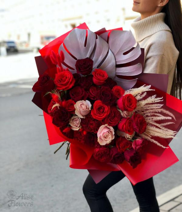 заказать Букет с розами и монстера в Петербурге