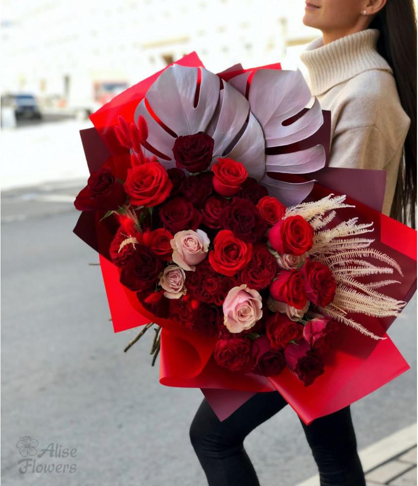 Букет с розами и монстера