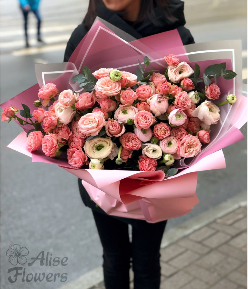Букет кустовая роза и ранункулюс