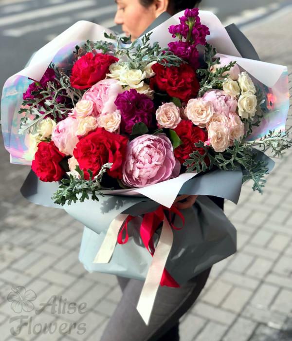 заказать Букет из пионов и роз оригинальный в Петербурге