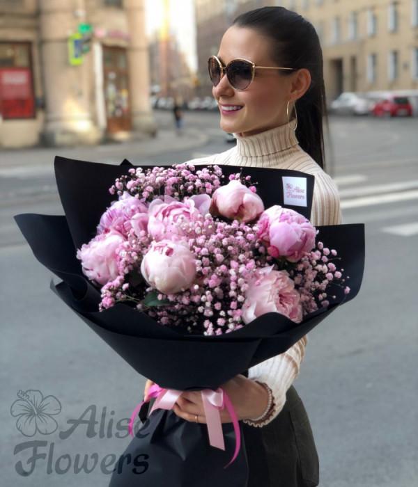 заказать букет пионов с гипсофилой в Петербурге