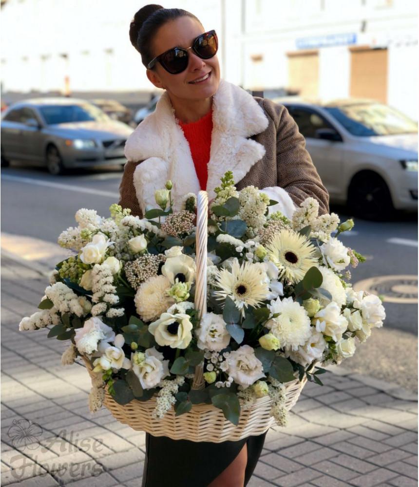 Корзина с цветами белоснежная