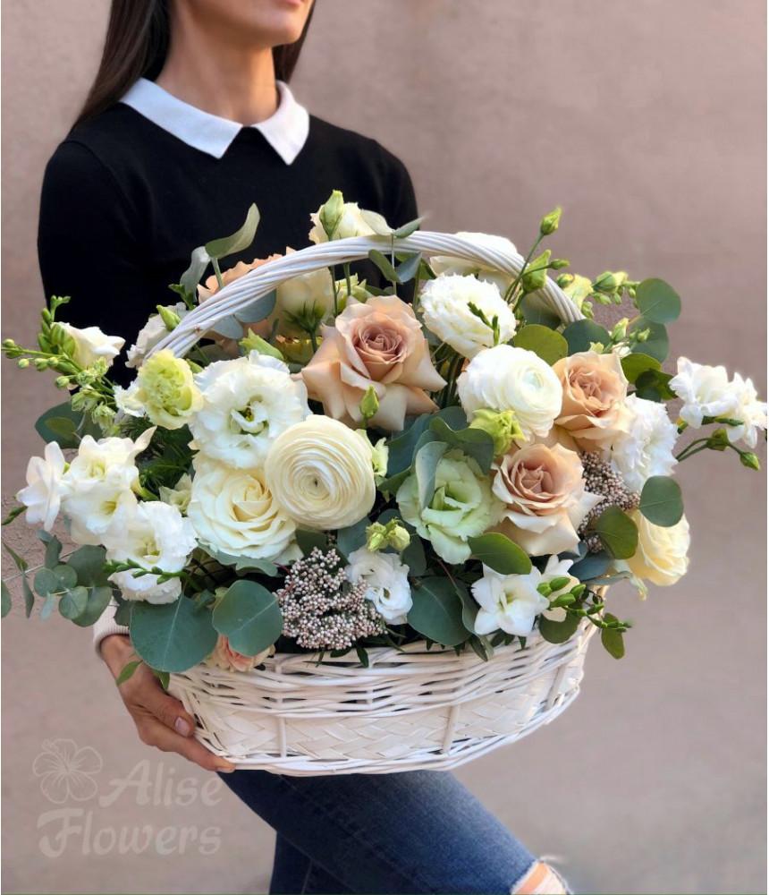 Корзинка с ранункулюсом и розами