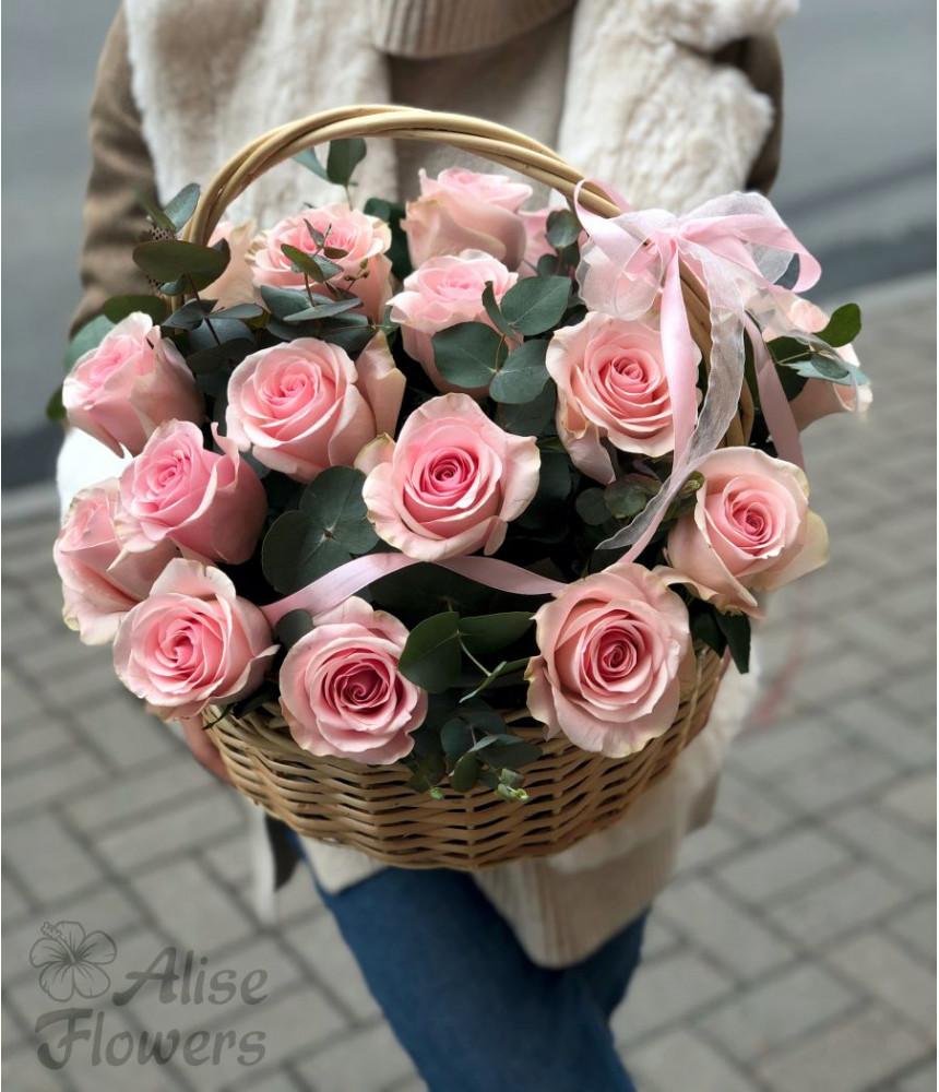 Корзинка с розовыми розами