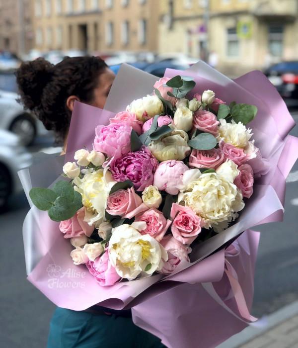 заказать Букет с розами и пионами нежный в Петербурге