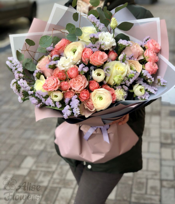 заказать Букет из кустовой розы и дельфиниума в Петербурге