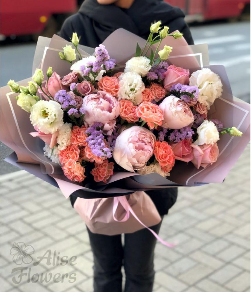 Букет с розами и пионами нежный