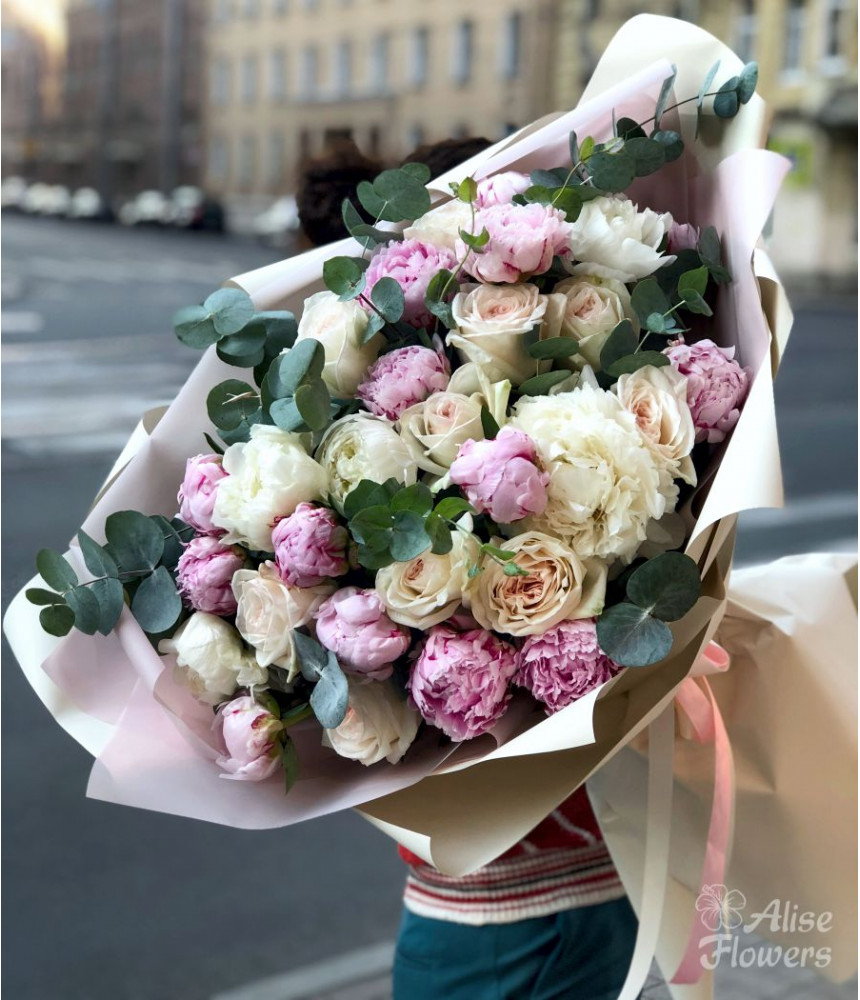 Букет из пионов и роз завораживающий