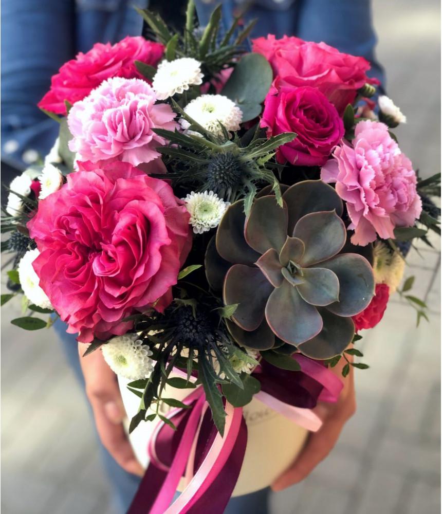 Композиция с суккулентом и пионовидными розами