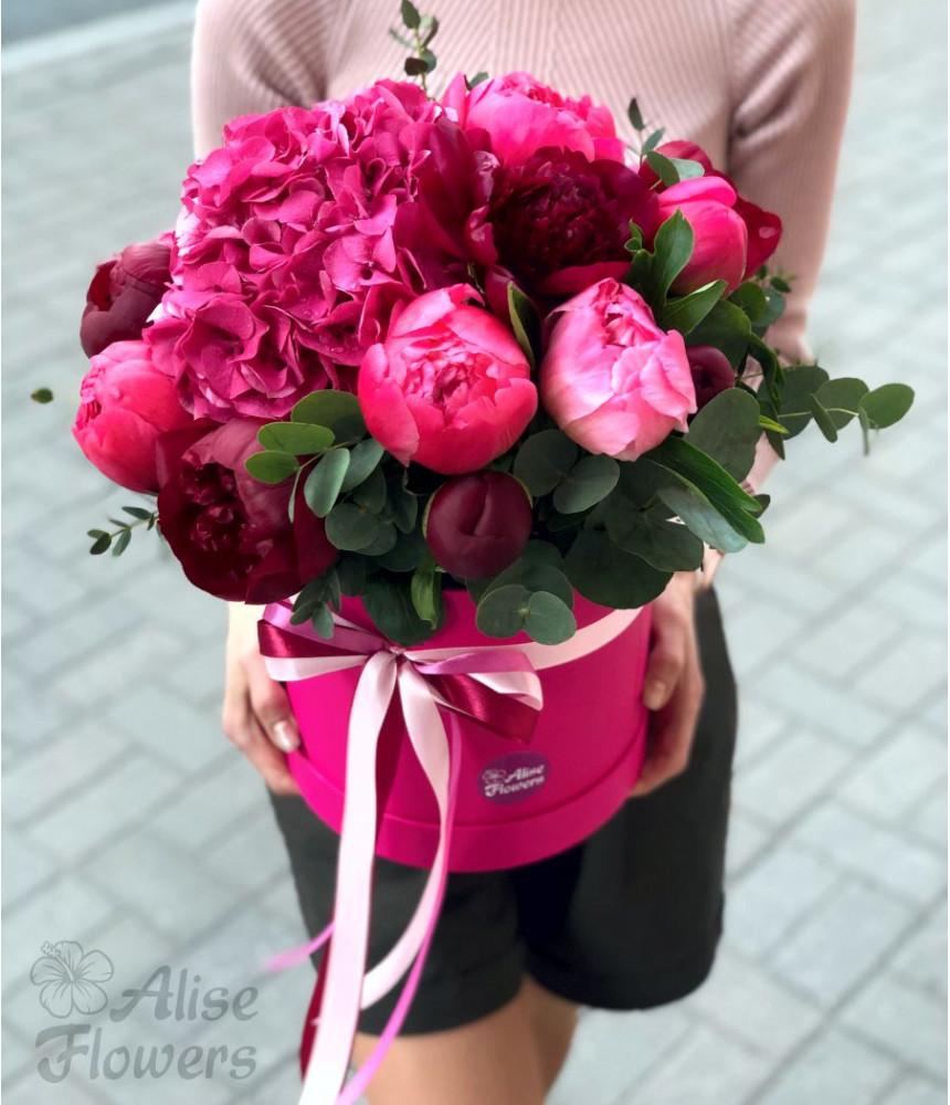 Шляпная коробка розовая с пионами