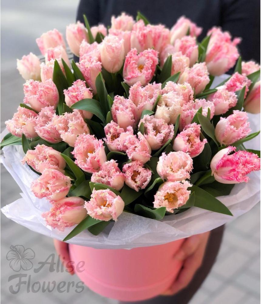 Шляпная коробка с тюльпанами яркая