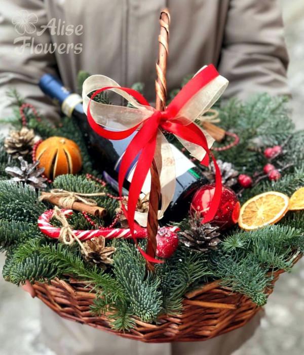 заказать Новогодняя корзинка с подарками в Петербурге