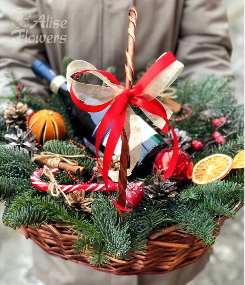 Новогодняя корзинка с подарками